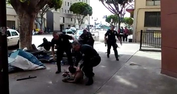 ABD'nin Los Angeles kentinde polis, bir evsizi yaşadığı arbedenin ardından sokak ortasında vurarak öldürdü.