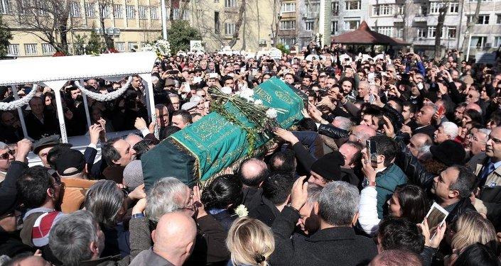 Yazar Yaşar Kemal'in naaşı, Teşvikiye Camii'nde kılınan namazın ardından, omuzlarda taşınarak cenaze aracına kondu.