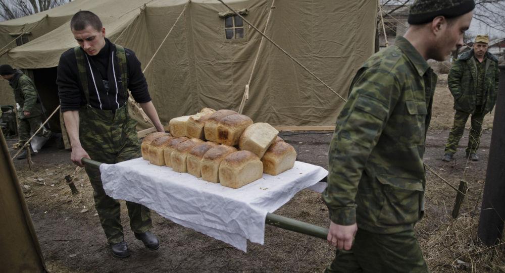 Rus yanlısı ayrılıkçılar Lugansk bölgesi sakinleri için pişirilen ekmekler taşıyorlar