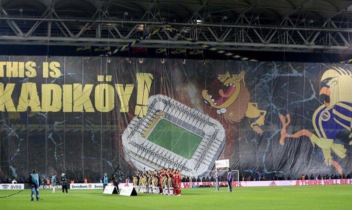 Fenerbahçe dev derbi öncesi ezeli rakibi Galatasaray'ı tribünlerdeki Sparta filmi göndermeli kareografi ile karşıladı. Fenerbahçe Şükrü Saracoğlu Stadyumu ve büyük bir kanaryanın bir aslanı tekmelediği görüntünün yer aldığı koreografide 'This is Kadıköy' (Burası Kadıköy) yazıyor.
