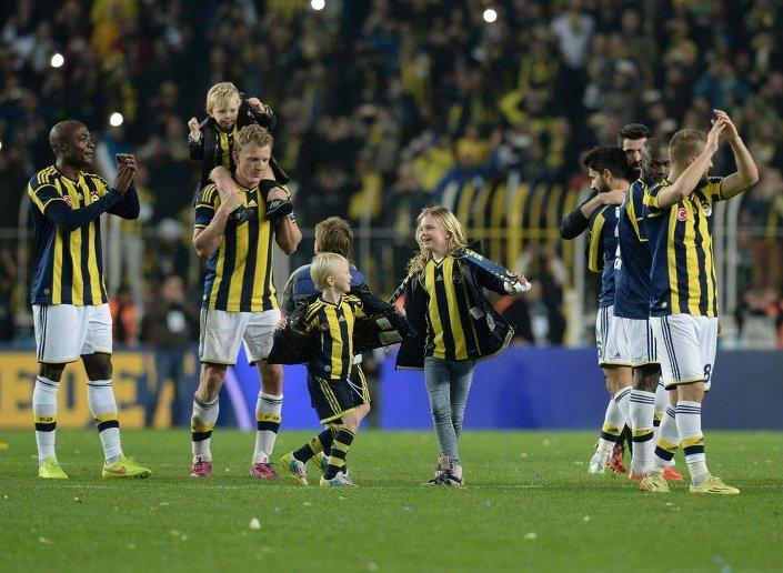 Fenerbahçeli futbolcular galibiyet sevinci yaşadı.
