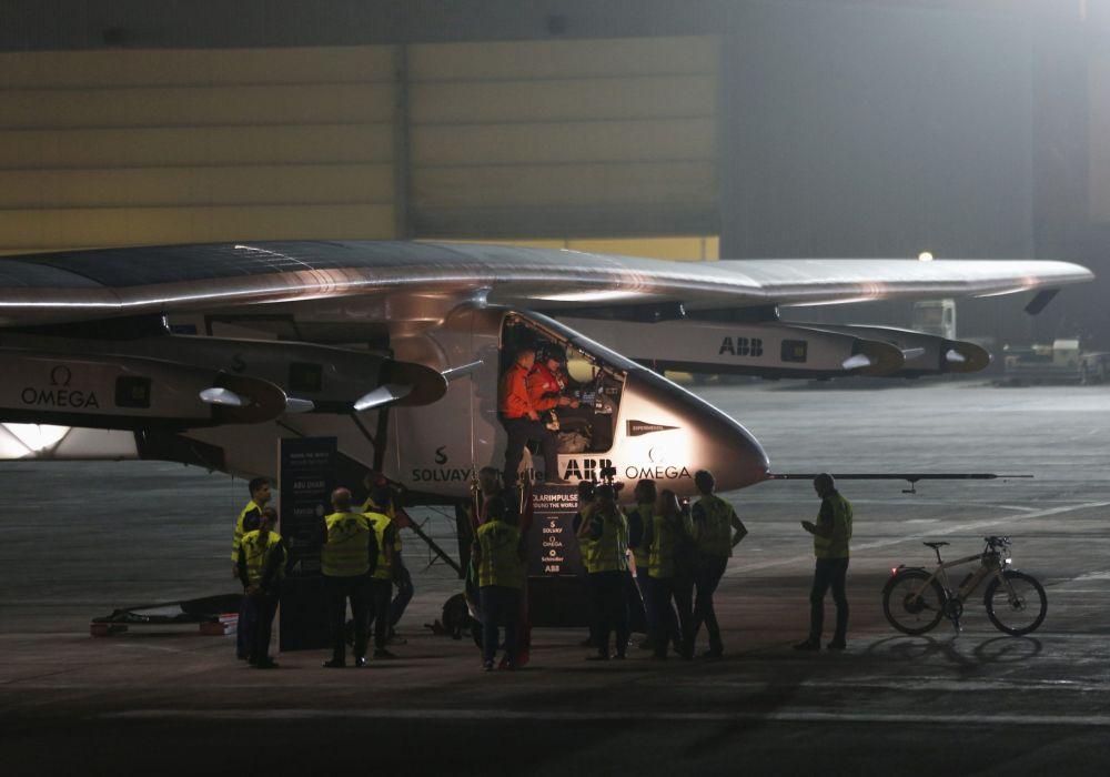 Güneş enerjisiyle çalışan Solar Impulse 2 uçağı Abu Dabi havaalanında kalkış yapmaya hazırlanıyor