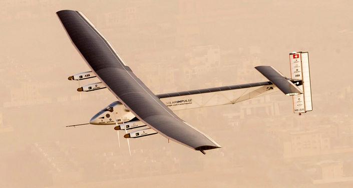 Güneş enerjisiyle çalışan Solar Impulse 2 uçağının Abu Dabi semalarında test uçuşu