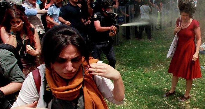 Gezi Parkı- Kırmızılı kadın