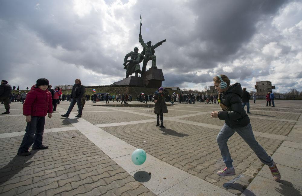 Yarımadanın sakinleri, Kırım'ın Rusya'ya dönüşünü tüm hafta boyunca kutlayacak.