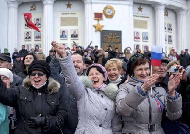 Sivastopol'de Kırım Baharı'nın yıldönümü nedeniyle düzenlenen kutlamalara katılan vatandaşlar.