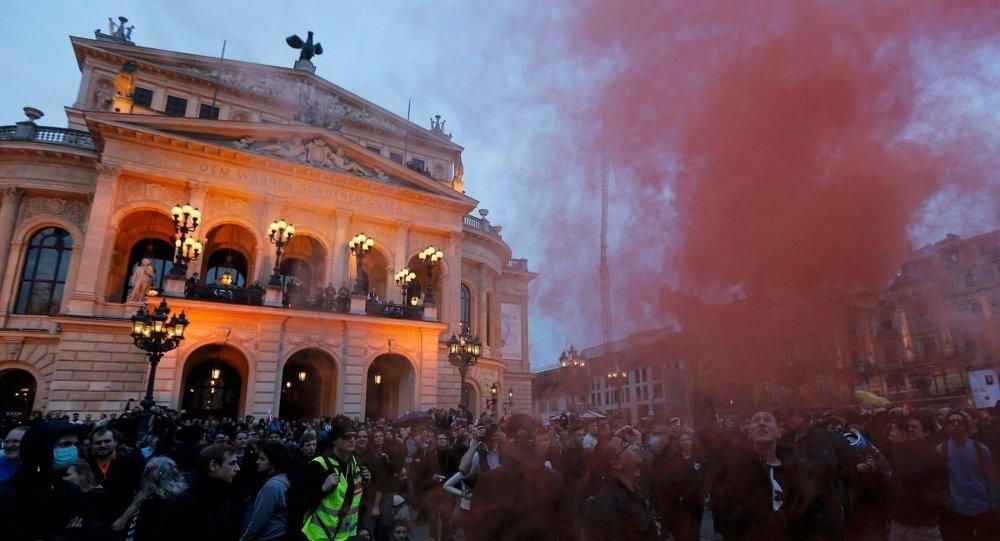 Frankfurt'taki gösteriler akşam saatlerinde yeniden başladı