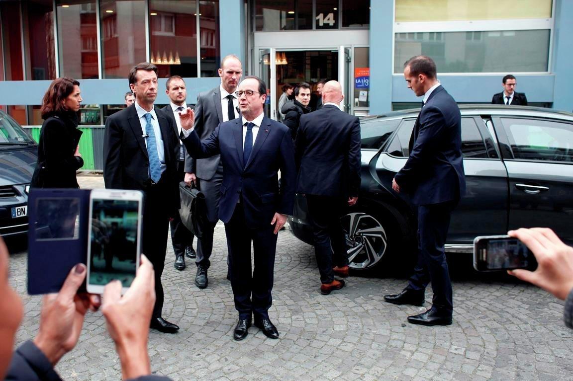 Fransa Cumhurbaşkanı François Hollande, uçak kazasında tüm yolcuların yaşamını yitirmiş olabileceğini söyledi.