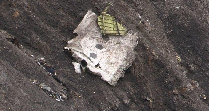 Fransa'nın güneyinde düşen uçağa ait enkaz parçası