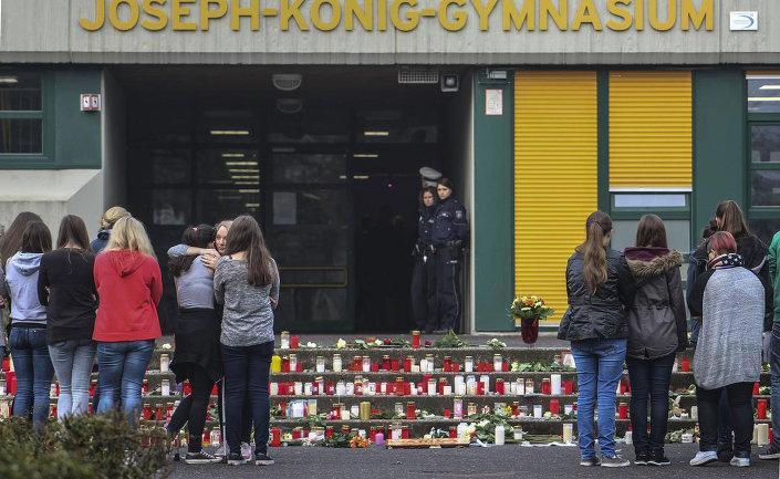 Germanwings uçağında hayatını kaybeden 16 Alman lise öğrencisi ve 2 öğretmen, Haltern am See kentindeki Joseph-König-Gymnasium Lisesi'ndeki öğretmenleri ve arkadaşları tarafından anıldı.