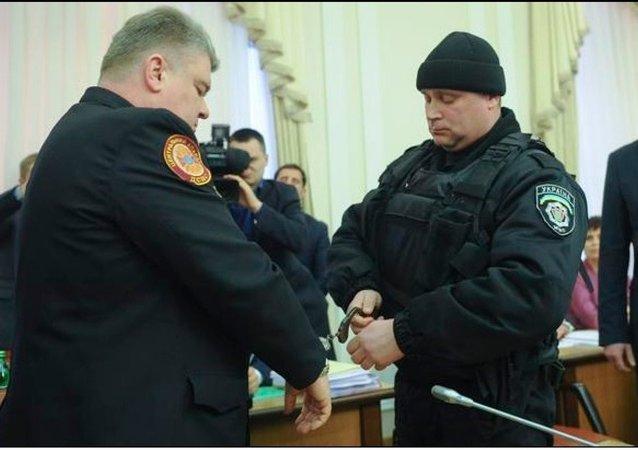 Ukrayna Olağanüstü Haller Devlet Dairesi Başkanı Sergey Boçkovskiy ve yardımcısı Vasiliy Stoyetskiy, Bakanlar Kurulu toplantısı sırasında yolsuzluk iddiasıyla gözaltına alındı.