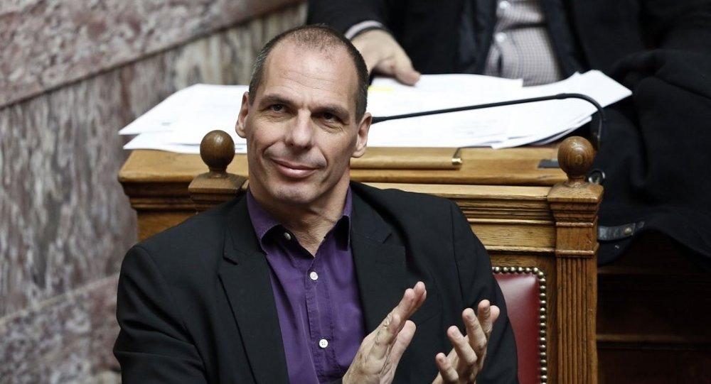 The Prospect dergisi, Yunanistan'da SYRIZA'nın ocakta elde ettiği seçim zaferinde payının azımsanamayacağını vurguladığı Varufakis'in kendisini 'kazara ekonomist' olarak tanımladığını anımsattı.