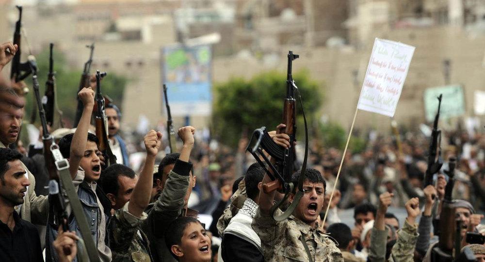 Yemen'de Suudi Arabistan'ın önderliğindeki koalisyonun başlattığı ''Kararlılık Fırtınası'' operasyonu başkent Sana'da protesto edildi. Bab'ül Yemen'de toplanan yüzlerce Husi yanlısı, Suudi Arabistan'ı ve operasyona destek veren ülkeleri sloganlar atarak kınadı.