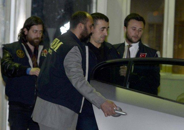 Cumhurbaşkanı Erdoğan'ın başbakanlığı döneminde çalışma ofisine dinleme cihazı konulmasıyla ilgili Romanya'da yakalanan ve iade edilmelerine karar verilen eski iki emniyet mensubu Zavar ve Usta İstanbul'a getirildi.