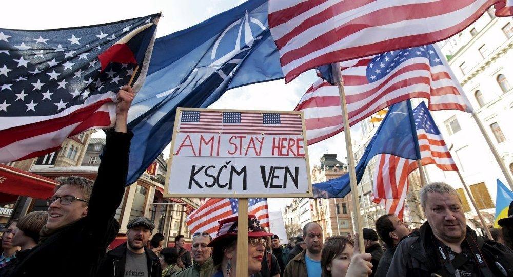 Çek Cumhuriyeti'nin başkenti Prag'da yüzlerce aktivist, dün NATO karşıtı bir gösteride bir araya geldi.