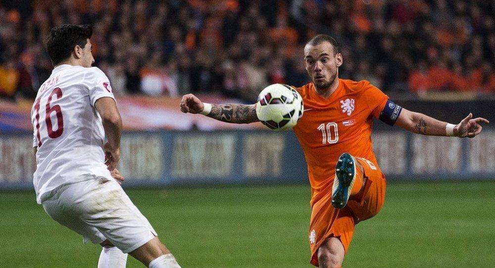 A Milli Futbol Takımı'nın 2016 Avrupa Futbol Şampiyonası (EURO 2016) elemeleri A Grubu'nda Hollanda ile dün gece 1-1 berabere kaldığı maç, Hollanda basınında geniş yer buldu.