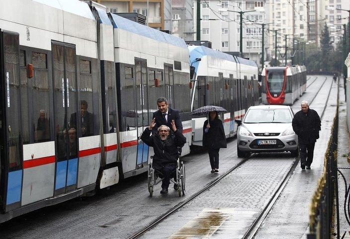İstanbul'da elektrik kesintisi nedeniyle metro ve tramvay seferleri yapılamadı. Metro ve tramvay duraklarında yolcuların bir kısmının bekleyişi sürerken bazı duraklarda yoğunluk oluştuğu gözlendi.