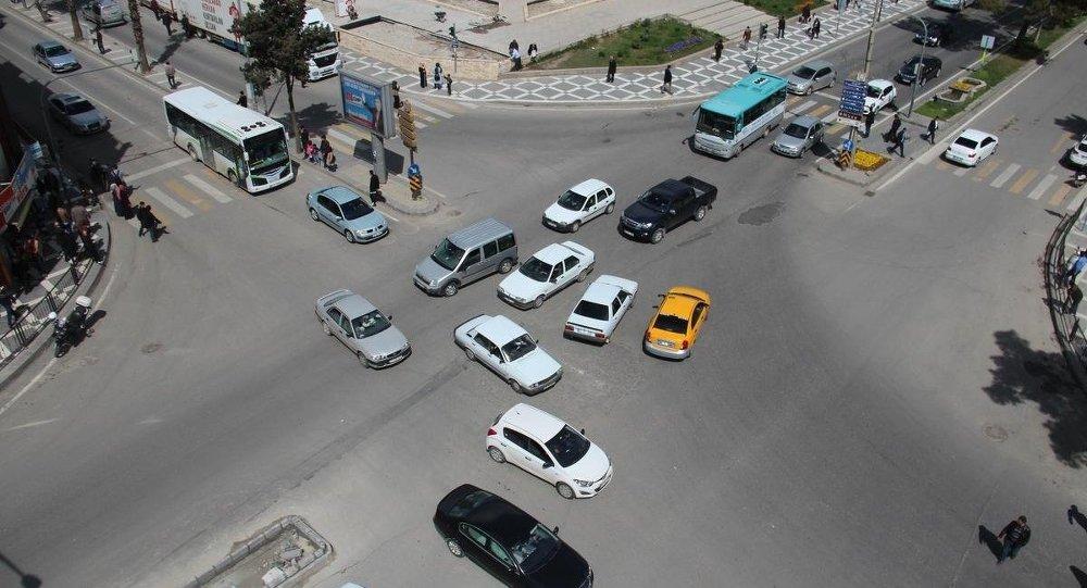 Elektrik kesintisi nedeniyle trafikte aksamalar yaşandı. Trafik lambaları çalışmayınca hem sürücüler hemde yayalar zor anlar yaşadı.