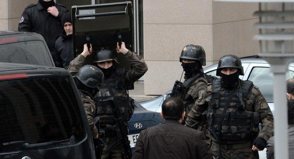 İstanbul Çağlayan'daki Adalet Sarayı'na tüm girişler kapatıldı. Özel hareket polisleri adliye binasına etrafında barikat kurdu.