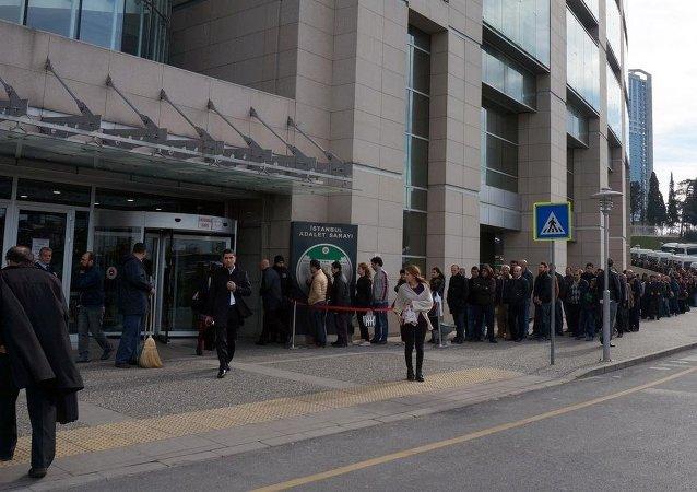 İstanbul Adliyesi'nde bu sabah itibariyle yoğun güvenlik önlemi alındı. Kapılarında uzun kuyruklar oluşurken, avukatlar da girişlerde üst aramasına tabi tutuldu.