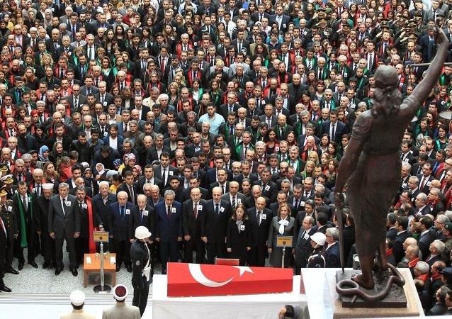 Cumhuriyet Savcısı Mehmet Selim Kiraz'ın meslektaşı olan yargı mensupları adliye önündeki törende ön saflarda yer aldı.