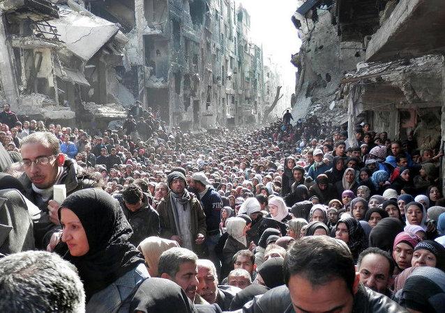 Yermuk kampında mülteciler gıda sırasında