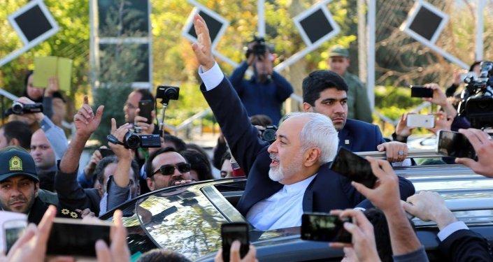 İran Dışişleri Bakanı Muhammed Cevad Zarif başkanlığındaki müzakere heyeti, İsviçre'nin Lozan kentinde İran ile 5+1 gurubu arasında gerçekleşen 9 günlük yoğun nükleer görüşmelerinin ardından Tahran'a döndü. Mihrabat Havaalanı'nda toplanan birçok İranlı müzakere heyetini coşkulu bir şekilde karşıladı. Zarif, coşkulu kalabalığı selamladı.