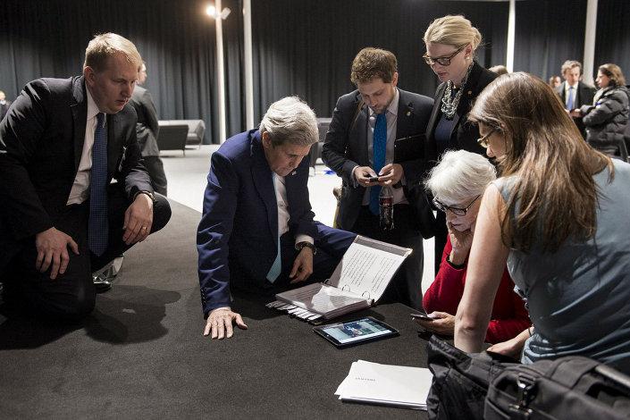 Çetin geçen Lozan müzakereleri sırasında ABD Dışişleri Bakanı John Kerry ve Dışişleri Bakan Yardımcısı Vekili Wendy Sherman, yere oturup tablet bilgisayar başında çalıştıkları anlar kameralara yansıdı.