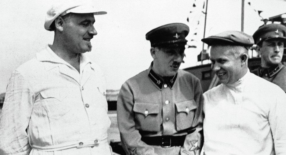Genrih Yagoda (ortada) ve Nikita Kruşçev (sağda)