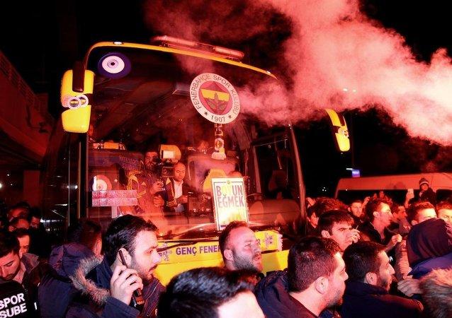 Spor Toto Süper Lig'de Çaykur Rizespor ile yaptığı maçın ardından Trabzon'daki havalimanına gidişi sırasında saldırıya uğrayan Fenerbahçe kafilesi, İstanbul'a döndü. Fenerbahçeli kafileyi çok sayıda taraftar karşıladı.