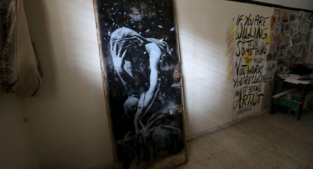Sokak sanatçısı Banksy'nin Tanrıça Niobe'nin ağlarkenki halinin tasvir edildiği 'Bomb Damage'