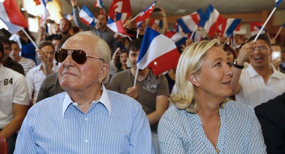 Fransa'da Ulusal Cephe (FN) lideri Marine Le Pen ile babası Jean-Marie Le Pen