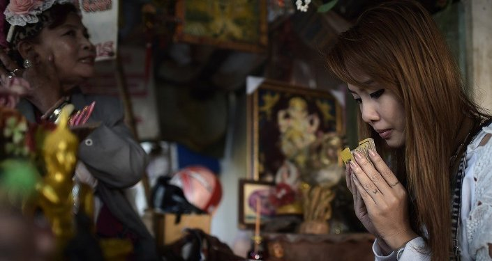 Tayland'da dua eden bir kadın