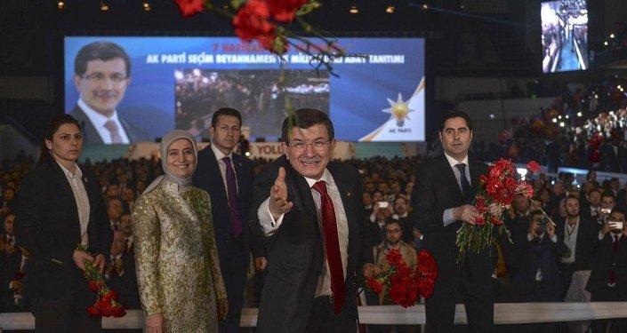 Başbakan Ahmet Davutoğlu ve eşi Sare Davutoğlu, AK Partilileri partilileri selamlayarak karanfil attı.