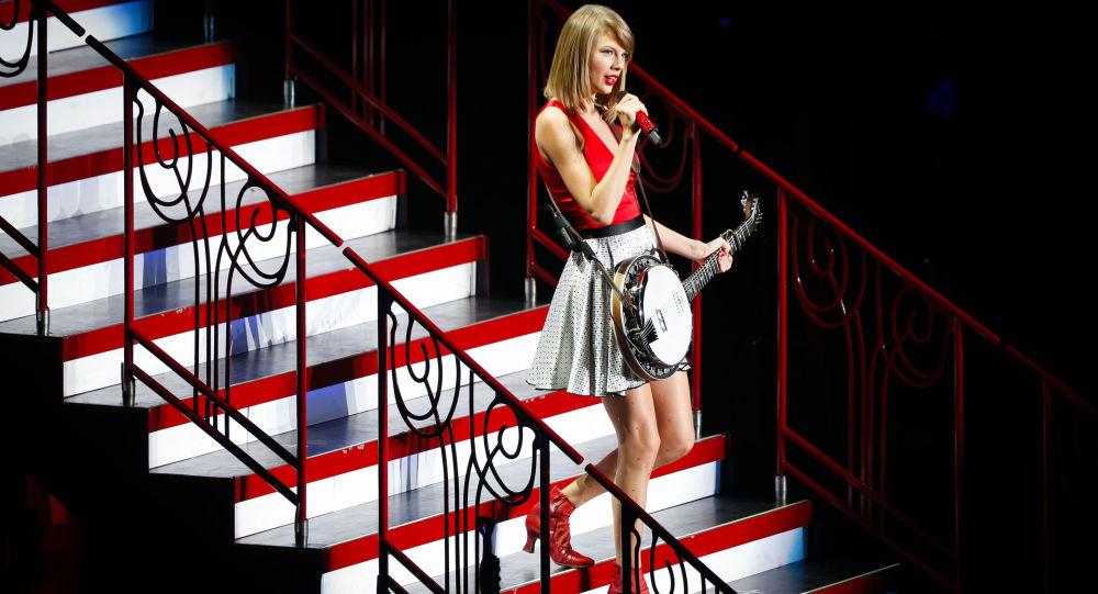 Американская певица Тейлор Свифт во время выступления в Шанхае