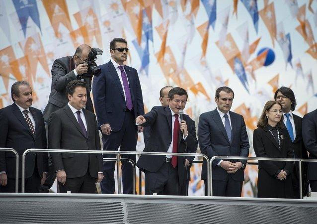 AK Parti'nin yeni bir yola çıktığını, kutlu bir yürüyüşün eşiğinde olduğunu belirten Başbakan Davutoğlu, partililerden 7 Haziran seçimleri için söz istedi.