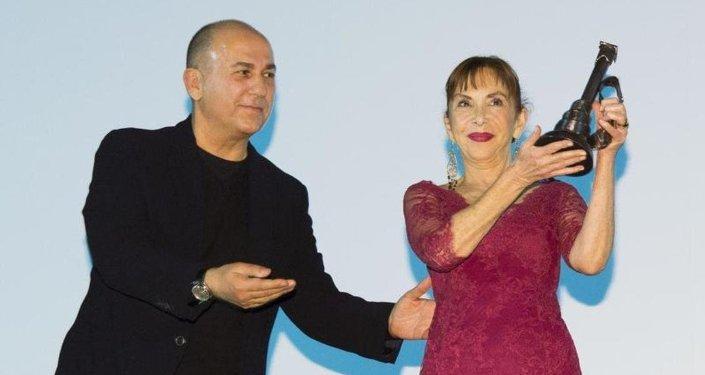Hümeyra'ya onur ödülünü, Festival Onursal Başkanı Ferzan Özpetek verdi.