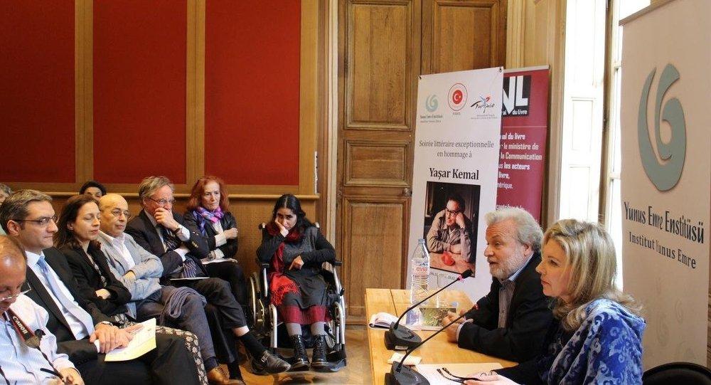 Fransa'nın başkenti Paris'te yazar Yaşar Kemal'in anısına edebiyat akşamı düzenlendi.