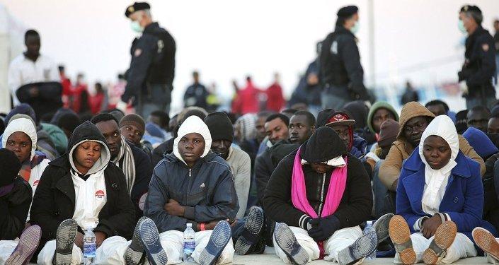 Göçmen taşıyan gemi battı
