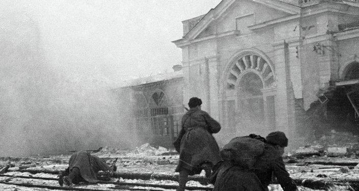 Nazi güçlerine karşı savaşan Sovyet askerleri