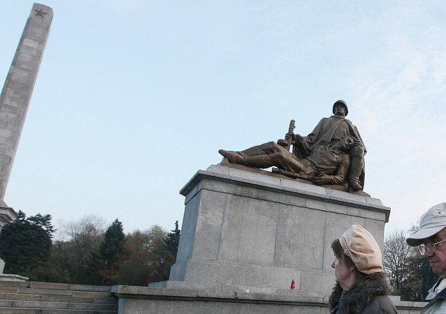 Varşova - Kızıl Ordu anıtı