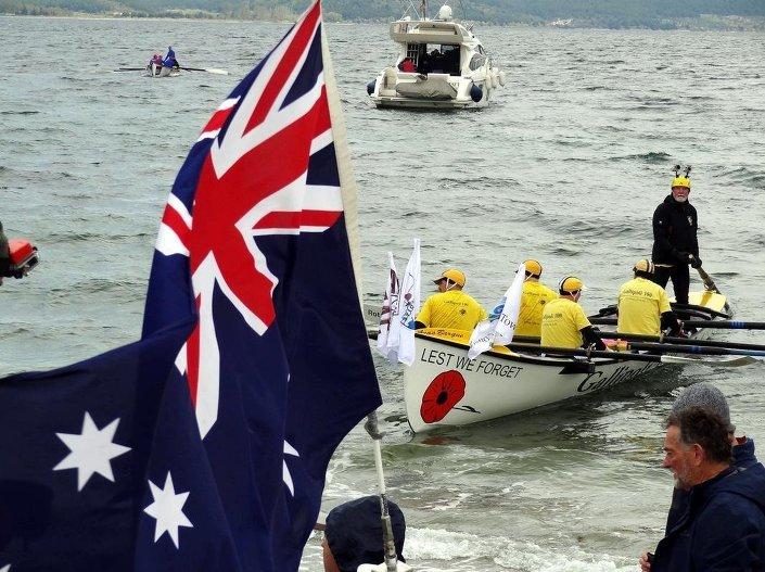 Çanakkale Kara Savaşları'nın 100. yıl dönümü etkinlikleri kapsamında düzenlenen sörf bot etkinliğine katılanlar, Eceabat ilçesi sahilinden Çanakkale Boğazı'na açılıp kürek çekti.