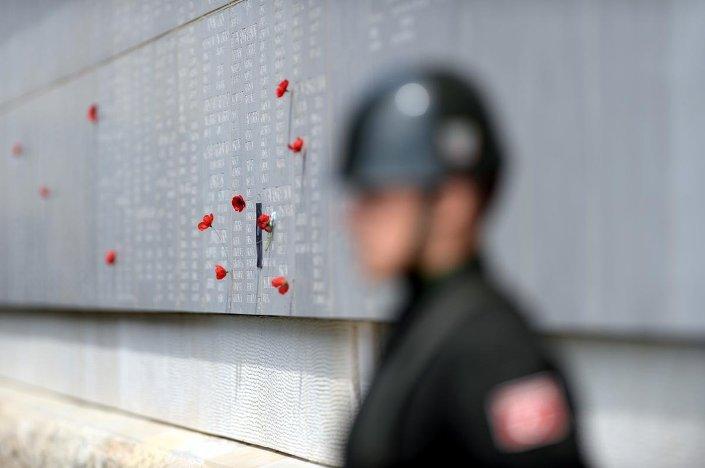 Gelibolu yarımadasındaki İngiliz Anıtı'na bazı İngiliz askerleri, hayatını kaybeden askerlerin isimlerinin yer aldığı anıt çevresine çiçek ve resim bıraktı.