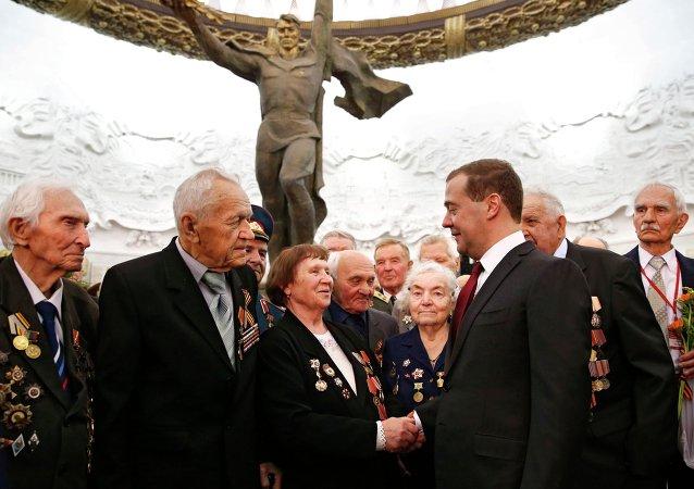 Rusya Başbakanı Dmitriy Medvedev, Moskova'daki Büyük Anavatan Savaşı Müzesi'nde düzenlenen 'Nazizm'e Karşı Savaşta Birlikteydik' adlı serginin açılışına katıldı