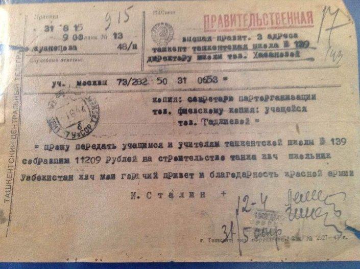 Telgrafta okul yönetimine hitap eden Stalin, tank yapımı için 11029 bin ruble toplayan öğretmen ve öğrencilere en sıcak selamlarını ve Kızıl Ordu'nun şükranlarını iletiyor.