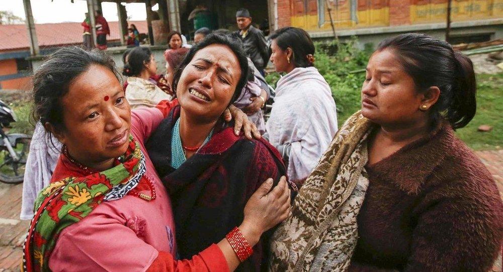 Nepal depreminde yakınlarını kaybedenler cenaze törenleri düzenliyor.