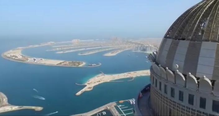Dünyanın en yüksek apartmanından paraşütle atladılar