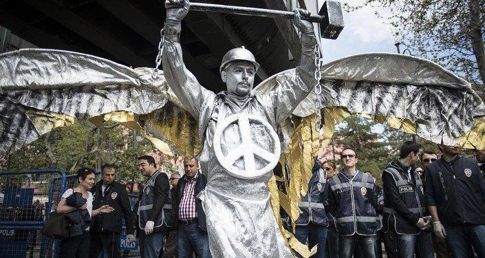 Ankara'daki 1 Mayıs kutlamalarında Tren Garı önünde toplanan gruplar, Sıhhiye Meydanı'na yürüdü.