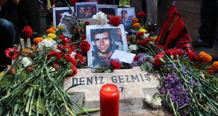 Ankara'da çeşitli siyasi parti ve sivil toplum örgütleri Deniz Gezmiş ve arkadaşlarını, idam edilmelerinin 43. yılında mezarı başında andı.