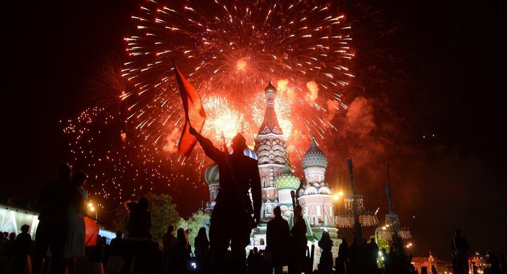 Havai fişek gösterisi, eş zamanlı olarak Rusya'nın 26 kentinde gerçekleştirildi.